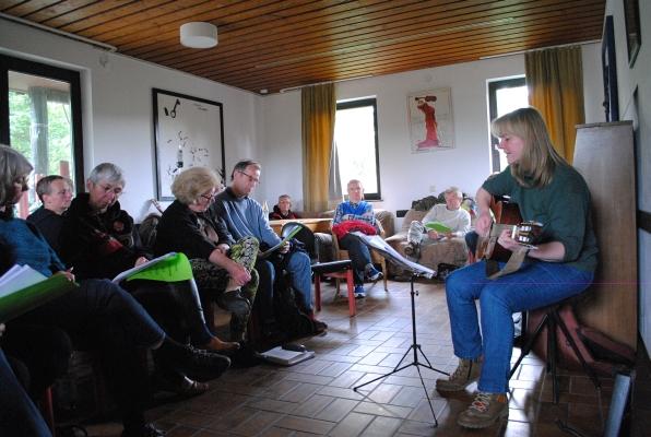 Sonja Gottlieb mit Teilnehmerinnen und Teilnehmern ihres Workshops - Fotos: © 2015 by Schattenblick