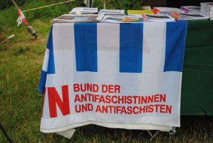 Bücherstand mit antifaschistischem Banner - Fotos: 2015 by Schattenblick