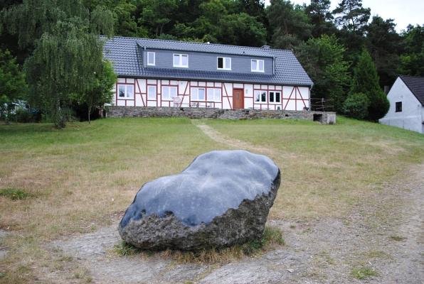 Stein mit Fachwerkhaus im Hintergrund - Foto: © 2015 by Schattenblick