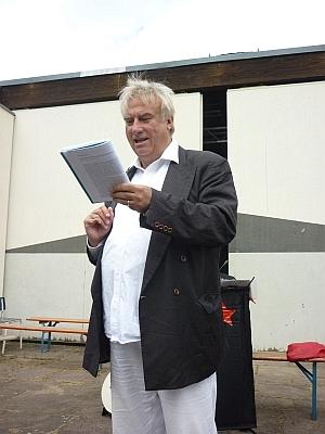 Dr. Seltsam stehend beim Vortrag - Foto: © 2013 by Schattenblick