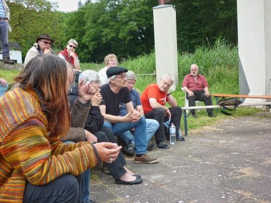 Gesprächsrunde aus seitlicher Perspektive - Foto: © 2013 by Schattenblick