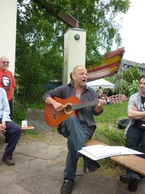 Singend mit Gitarre - Foto: © 2013 by Schattenblick