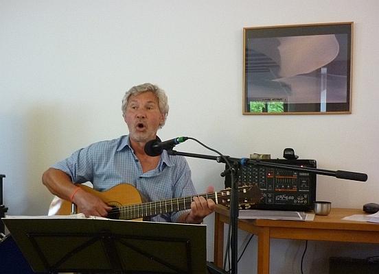Uli Holzhausen singend mit Gitarre - Foto: © 2013 by Schattenblick