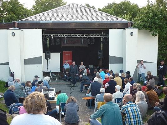 Publikum vor Bühne - Foto: © 2013 by Schattenblick