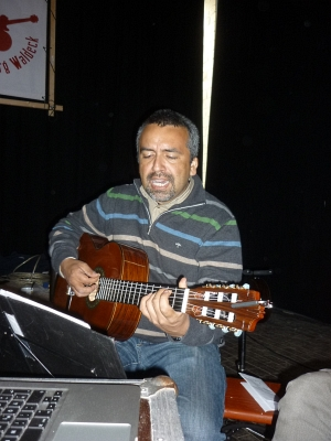 Daniel Osorio mit Gitarre - Foto: © 2015 by Schattenblick